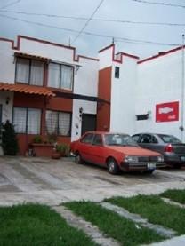 Casa en Jardines del Valle por Aviacion y Acueduct en Zapopan, Jalisco